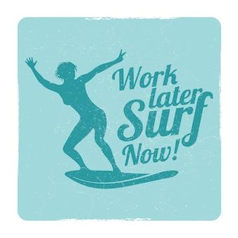 Sport praticanti il surfing di estate di grunge con il surfista della ragazza