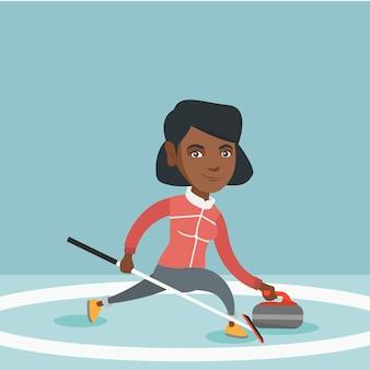 Sportiva che gioca curling su una pista di pattinaggio.