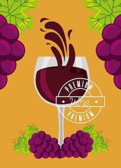 Spruzzata fresca dell'uva del mazzo della tazza di vino