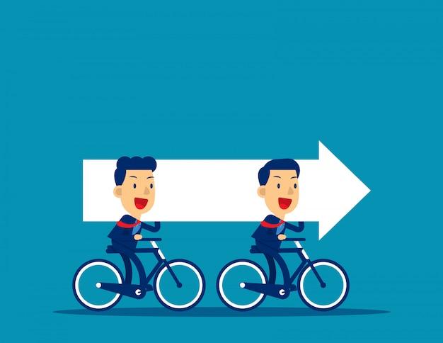 Squadra di affari che guida le bici e che trasporta freccia