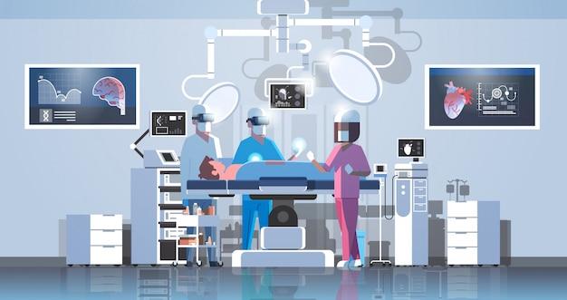 Squadra di chirurghi che circonda il paziente durante il tavolo operatorio