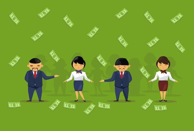 Squadra di gente di affari asiatica che tiene stipendio delle banconote del dollaro