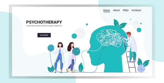 Squadra di medici che risolve i problemi psicologici nell'illustrazione di vettore dello spazio della copia di lunghezza completa orizzontale del concetto di consulenza di psicoterapia della testa aggrovigliata