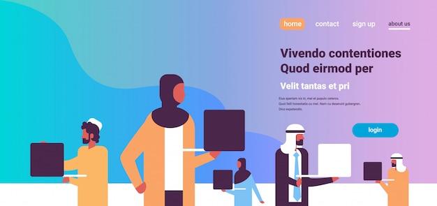 Squadra di persone arabe utilizzando banner portatile