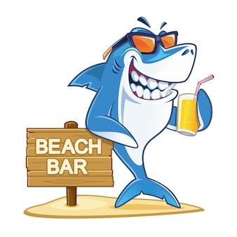 Squalo con occhiali da sole che reggono un bicchiere di succo
