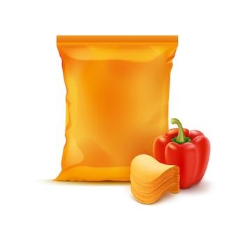 Stack chip con paprika e sacchetto arancione isolato