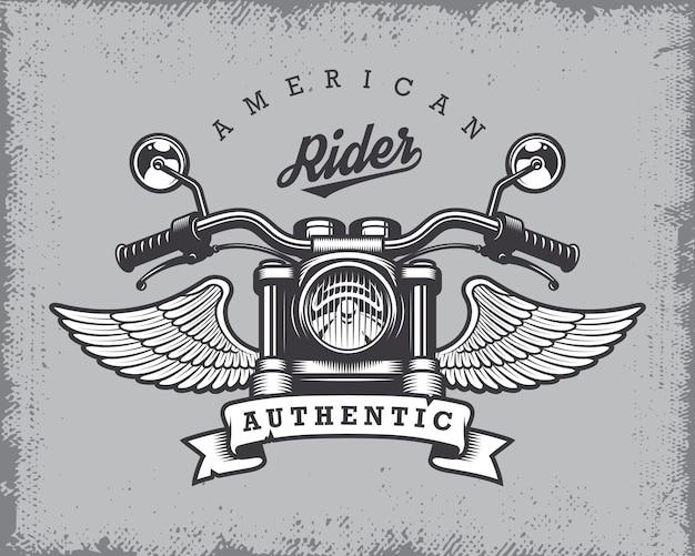 Stampa motociclistica vintage con moto, ali e nastro su sfondo grange.