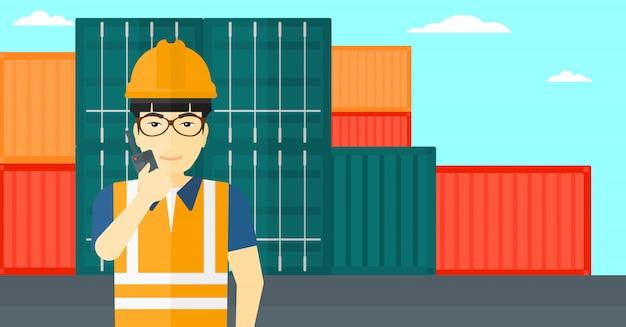Stevedore in piedi su container