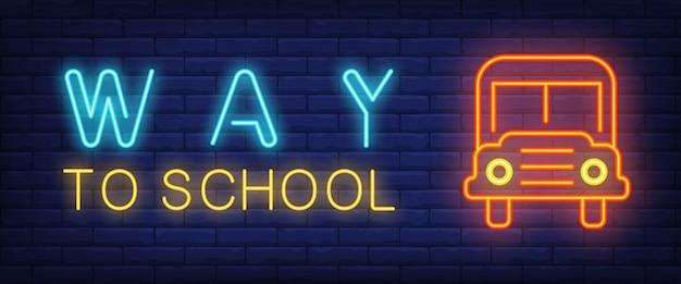 Strada per scuola testo al neon con autobus