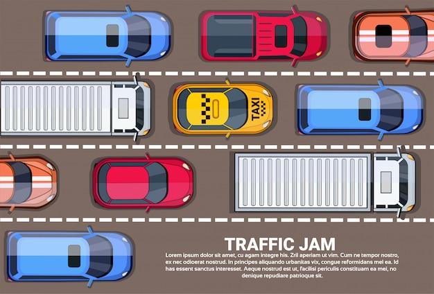 Strada piena di automobili e camion vista dall'alto angolo ingorgo stradale sulla strada principale