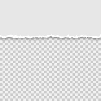 Strappato un mezzo foglio di carta grigia su uno sfondo isolato