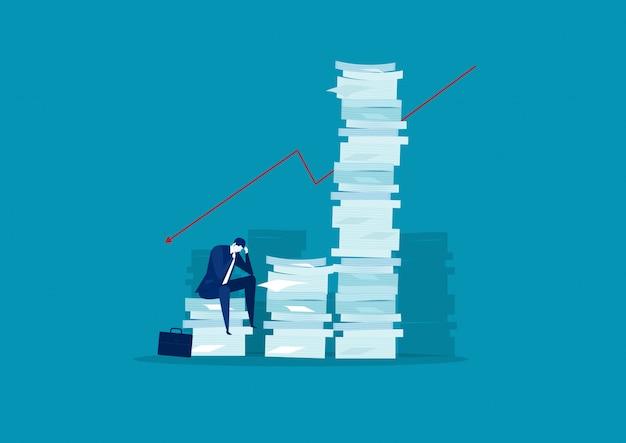 Stress uomo d'affari e soluzione con pila di carta molto alta