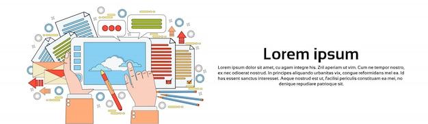 Strumento del grafico sulle mani del posto di lavoro che tengono il disegno della compressa di digital con il modello orizzontale dell'insegna di processo creativo della penna