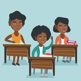 Studente africano alzando la mano per una risposta.