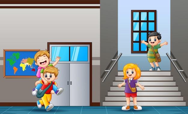 Studente felice al corridoio della scuola