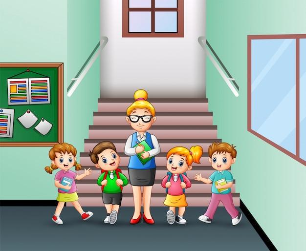Studente in piedi con l'insegnante nella scuola