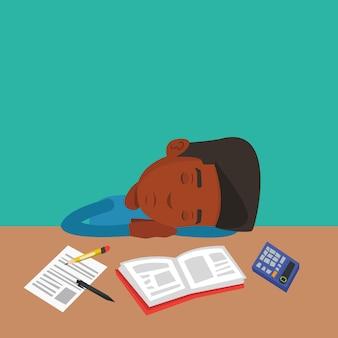 Studente maschio che dorme allo scrittorio con il libro.