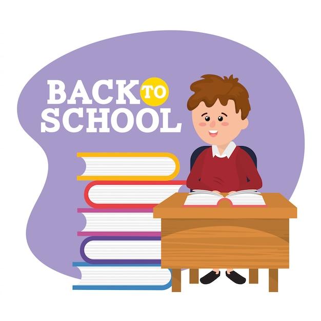 Studente ragazzo nella scrivania con libri e notebook