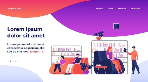 Studenti che studiano e leggono in biblioteca. persone sedute sul divano a librerie e scaffali per libri illustrazione piatta vettoriale. progettazione del sito web del concetto di istruzione o pagina web di destinazione