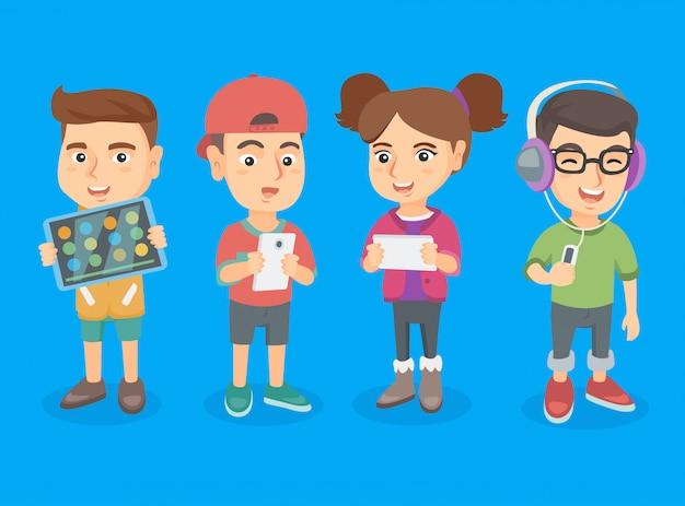 Studenti delle scuole caucasiche che usano le tecnologie.