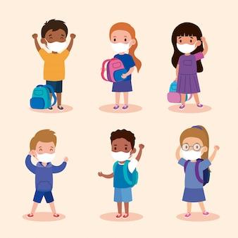 Studenti di bambini carini che indossano una maschera medica per prevenire il coronavirus covid 19