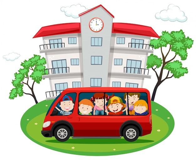 Studenti in sella a un furgone rosso a scuola