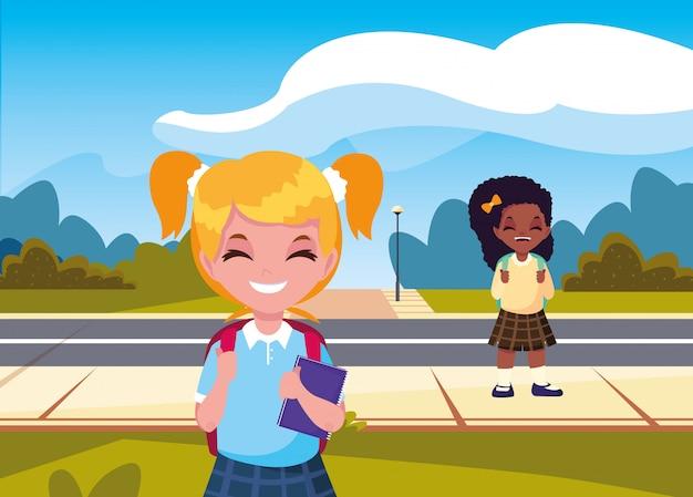 Studenti ragazze con zaino in strada tornano a scuola