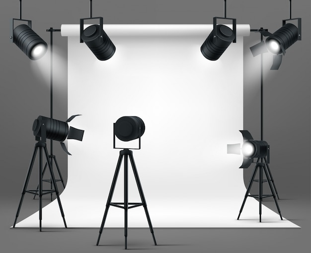 Studio fotografico con faretti e sfondo bianco