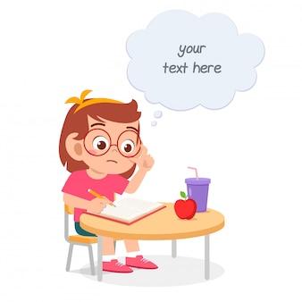 Studio sveglio felice della ragazza del bambino per la prova