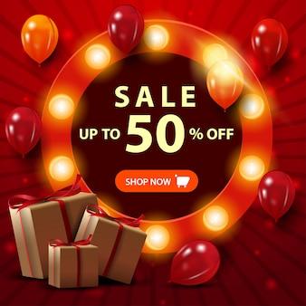 Super vendita, fino al 50% di sconto, banner quadrato rosso festivo con palloncini e regali
