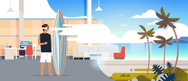 Surfista uomo indossare occhiali digitali tenere tavola da surf realtà virtuale oceano spiaggia palma visione auricolare concetto auricolare vacanze estive piano orizzontale