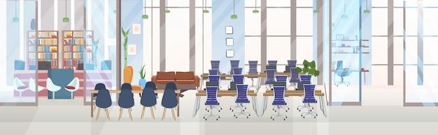 Svuotare la sala di formazione per conferenze del centro di co-working creativo senza persone con l'insegna orizzontale interna dell'ufficio creativo di concetto di presentazione e del posto di lavoro della tavola rotonda