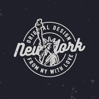 T-shirt con stampa di moda relativa a new york e statua della libertà. distintivo di new york vintage alla moda.