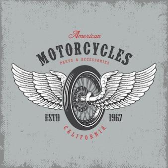 T-shirt stampata con ruota e ali su sfondo chiaro e texture grunge