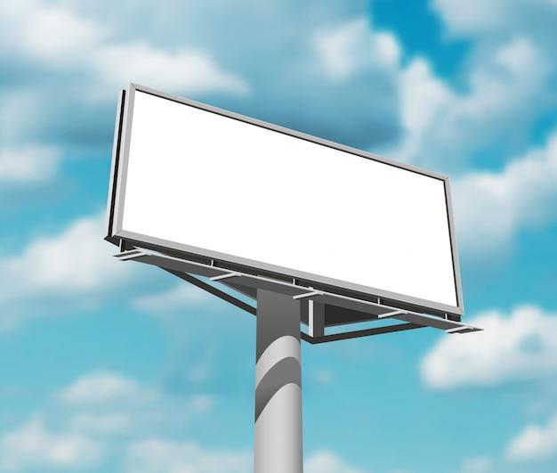 Tabellone per le affissioni contro l'immagine del giorno del fondo del cielo