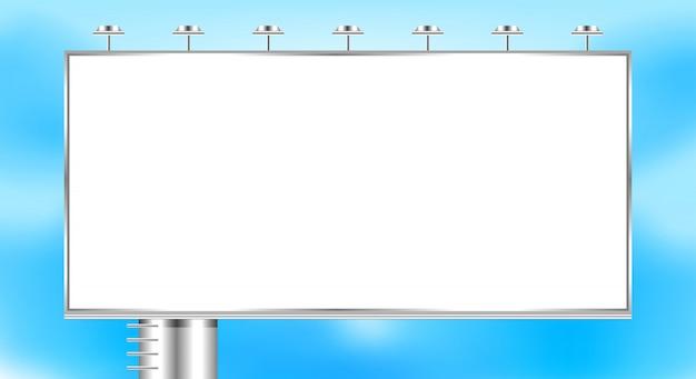 Tabellone per le affissioni vuoto grande sullo spazio della copia del cielo