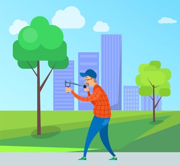 Targeting maschio invecchiato con catapulta nel parco