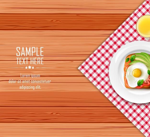 Tavolo per la colazione con uova fritte e pane tostato sul piatto bianco