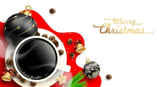 Tazza di caffè con decorazioni di palle di natale e chicchi di caffè