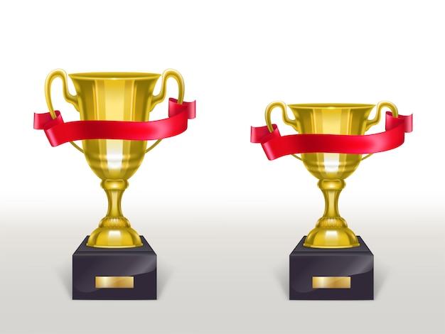 Tazza realistica 3d sul piedistallo con il nastro rosso, trofeo dorato sul basamento con la banda