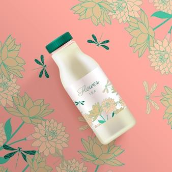 Tè floreale in una bottiglia di plastica