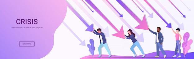 Team di imprenditori di razza mista fermare la freccia economica che cade crisi spazio finanziario concetto di rischio di investimento fallimento lunghezza orizzontale copia spazio