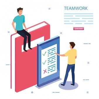 Team di lavoro con libro e smartphone