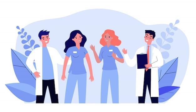 Team di medici ospedalieri in piedi insieme