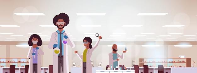 Team di ricercatori scientifici che fanno esperimenti