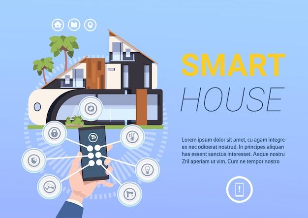 Tecnologia smart home control e sistema di gestione con le mani che tengono smartphone