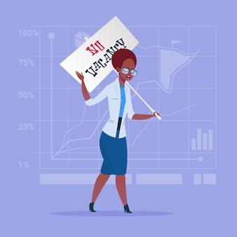 Tenuta afroamericana della donna di affari nessun manifesto di posto vacante