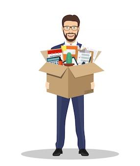 Tenuta dell'uomo d'affari in una scatola di cartone