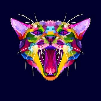 Testa di gatto arrabbiato colorato, il gatto ringhia, gatto arrabbiato da vicino
