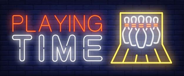 Testo al neon del tempo di gioco con i perni di bowling